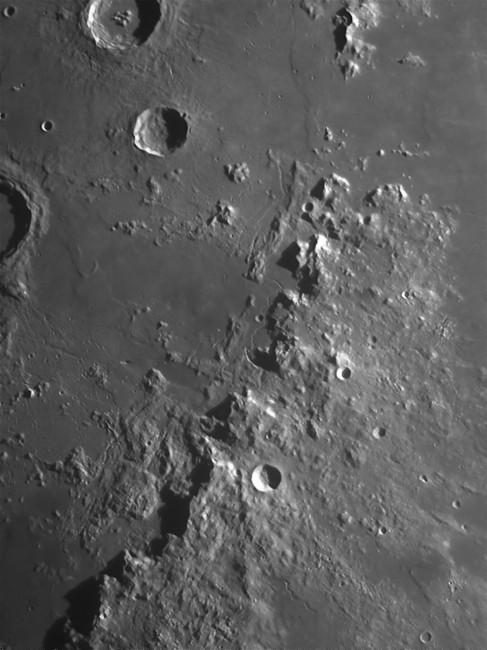 Fotografare la Luna: area degli Appennini con la rima Hadley ripresi con Newton 250CF f4.8 e camera AtikGP monocromatica, con il filtro PrimaLuceLab IR-Pass e lente di Barlow 3x.