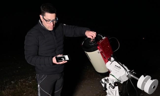 Collimare il telescopio osservando l'immagine in tempo reale su un dispositivo portatile, come il vostro smartphone.